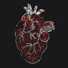 От ♥️ к ♥️ прекрасной девушке со скорой помощи ♥️ невероятно уважаю врачей коллег . Великие люди ♥️ сердце premium edition : 3 вида бусин сваровски , итальянские пайетки , японский бисер ♥️Hands by @djozefinna ♥️ #heart #embroidery #doctor #сердце #вышивка #гладь #бисер #пайетки #ручнаяработа
