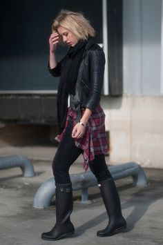 Plaid shirt tied around the waist street style layers model off duty look l Black Boots Outfit, Hunter Boots Outfit, Black Hunter Boots, Curvy Outfits, Fashion Outfits, Fashion Styles, Checked Shirt Outfit, Levis, Simple Outfits For School