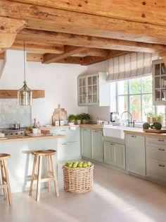 Cocina con techo de madera y vigas y muebles en verde agua y encimera de Home Decor Kitchen, Rustic Kitchen, Kitchen Interior, New Kitchen, Home Interior Design, Home Kitchens, Kitchen Dining, Mint Kitchen, Western Kitchen