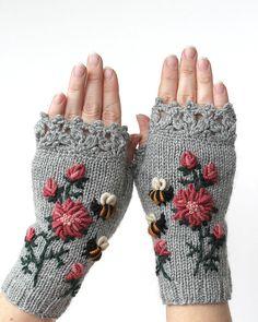 Tricoté des mitaines, vêtements et accessoires, gants et mitaines, idées cadeaux, pour elle, gris, abeilles,