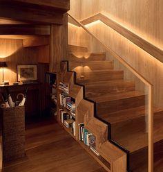 A escada de madeira maci�a ip� que d� acesso � cobertura deste duplex ganhou mais uma fun��o no projeto da arquiteta Marina Linhares. Ela criou uma estante para guardar livros na �rea ociosa embaixo dos degraus