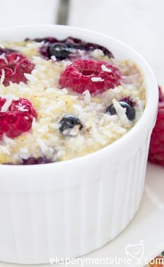Baked Millet with raspberries and blueberries -Śniadanie na słodko - zapiekana kasza jaglana z owocami Healthy Sweets, Healthy Recipes, Cookie Desserts, Sweet Recipes, Deserts, Clean Eating, Good Food, Food And Drink, Appetizers