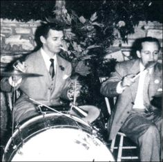 Clark plays the drums (with cigarette in mouth, naturally) accompanied by Carole Lombard's brother Fred Peters, at a house party in Hollywood Actor, Hollywood Stars, Hollywood Actresses, Classic Hollywood, Old Hollywood, It Happened One Night, Rhett Butler, Carole Lombard, Clark Gable