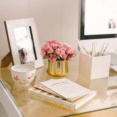 Inspiração da noite branco e dourado em uma mesa de escritório com cavaletes ❤️