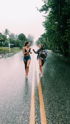 There's no one like your BFF! Here some cute phot ideas for that BFF goal! Cute Friend Pictures, Best Friend Photos, Best Friend Goals, Bff Pics, Happy Pictures, Best Friend Video, Cute Bestfriend Pictures, Funny Couple Photos, Couple Beach Pictures