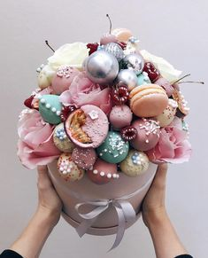 AidWhat are your favorite flowers? 🌸 mine are peonies, ranunculuses, gladioli 😌 thank you for this beautiful bunch 😍 А какие ваши… Food Bouquet, Diy Bouquet, Candy Bouquet, Cake Pop Bouquet, Party Deco, Flower Box Gift, Edible Bouquets, Flower Packaging, Cute Desserts