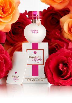 La Eau de Parfum Thinking of Love™ viene con un bonito colgante en forma de corazón, y una nota que puedes rellenar y dar a una persona especial para ti.