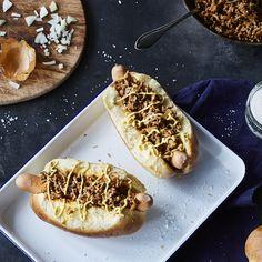 Mit einem Topping aus würzigem Hack, frischen Zwiebeln und Senf ist der Rhode Island Hotdog schön saftig und braucht keinen Ketchup.