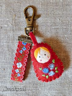 This is so cute keychain Sewing Crafts, Sewing Projects, Felt Keychain, Keychains, Felt Embroidery, Matryoshka Doll, Felt Patterns, Felt Fabric, Felt Toys