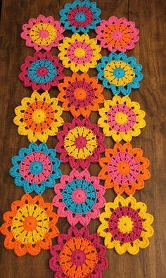 Naperon table way in colorful flowers in Croche in handmade cotton. Crochet Diy, Mandala Au Crochet, Crochet Motifs, Crochet Quilt, Crochet Flower Patterns, Crochet Squares, Love Crochet, Crochet Gifts, Crochet Designs