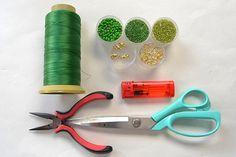 Dodávky potrebné pre tento šikovný zelený náramok s 2 jamkami: