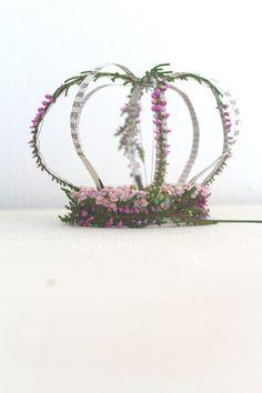 Krone aus Zeitungspapier mit rosa Schafgarbenblüten und Heidekraut auf seidenfein.blogspot.com