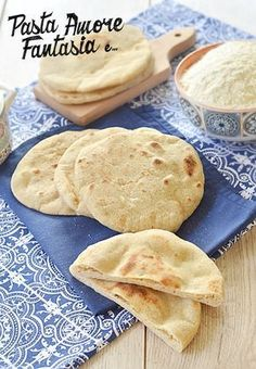Moroccan bread cooked in a pan Cooking Bread, Cooking Recipes, Moroccan Bread, Focaccia Pizza, World Recipes, Snacks, Vegan Dishes, International Recipes, Cooking Time