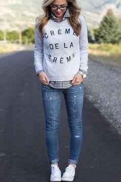 Den Look kaufen: https://lookastic.de/damenmode/wie-kombinieren/pullover-mit-rundhalsausschnitt-businesshemd-enge-jeans-niedrige-sneakers-uhr/4476 — Schwarzes und weißes Businesshemd mit Vichy-Muster — Grauer bedruckter Pullover mit Rundhalsausschnitt — Silberne Uhr — Blaue Enge Jeans mit Destroyed-Effekten — Weiße Niedrige Sneakers