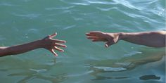"""""""Par la grâce de Dieu"""", un garçon de 7 ans nage pendant une heure et sauve la vie de sa soeur et de son père"""