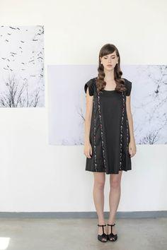 זו שמלת הולי -  שמלה שחורה עם שרוולים קצרים בגזרה LOOSE, חופשית ומשוחררת על הגוף
