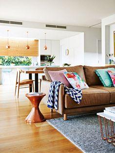 deco-design-salon-canape-cuir-camel-vintage-coussin-couleurs-vives-table-basse-laiton-bro,ze-parquet-plaid-imprime-geometrique
