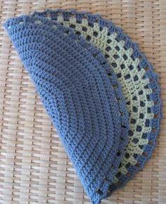 En hyggelig og nostalgisk kartoffelvarmer efter opskrift fundet på Karen Klarbæk's skønne blog. Karen har hæklet for- og bagside ens. Je... Crochet Kitchen, Chrochet, Crochet Toys, Coasters, Blanket, Detail, Knitting, Rugs, Dinner Ware