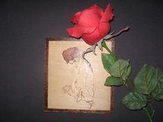 Donna pirografo su legno.  Toni Fisco