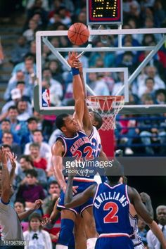 Fotografia de notícias : Larry Nance of the Cleveland Cavaliers battles...