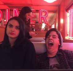 Camille Mendes and Cole Sprouse. Memes Riverdale, Riverdale Funny, Riverdale Cw, Riverdale Archie, Riverdale Tumblr, Riverdale Veronica, Riverdale Aesthetic, Betty Cooper, Archie Comics