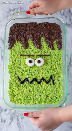 Turn a pan of regular rice krispies into a BIG Frankenstein Rice Krispie Treat for Halloween! I love an easy no-bake recipe! Turn a pan of regular rice krispies into a BIG Frankenstein Rice Krispie Treat for Halloween! I love an easy no-bake recipe! Halloween Desserts, Cute Halloween Treats, Halloween Goodies, Halloween Food For Party, Halloween Dinner, Rice Krispies, Rice Krispie Treats, Fall Treats, Holiday Treats