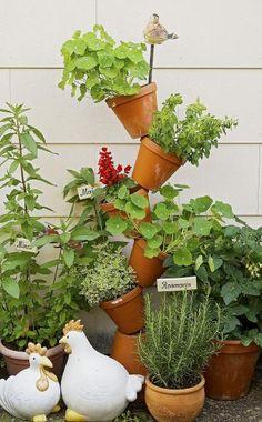 Auch auf dem kleinsten Balkon findet sich Platz für einen Kräutergarten. Hier eine tolle vertikale Topfvariante