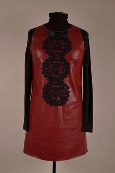 Suknia z eko-skóry z szydełkowym żabotem.