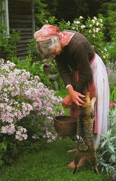 Country Living at the Farmhouse. Tasha Tudor~ I love the pictures with her cat. Such affection. Country Life, Country Living, The Last Summer, Farm Life, Tudor, Life Is Beautiful, Beautiful Gardens, Vermont, Garden Sculpture