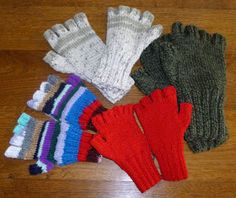 Des mitaines pour cet hiver Knitting For Kids, Easy Knitting, Wrist Warmers, Hand Warmers, Easy Crochet Patterns, Knitting Patterns, Fingerless Mitts, Drops Design, Crochet For Beginners