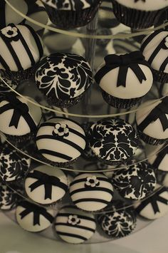 black and white wedding cupcakes #wedding #blackandwhite #blackandwhiteweddings