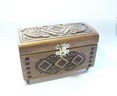 He encontrado este interesante anuncio de Etsy en https://www.etsy.com/es/listing/204197354/wooden-box-jewelry-box-wooden-wedding