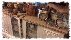 Mooie tassencollectie van Bag2Bag, klokken en een mooie kast in de kleur Old White van Chalkpaint by Annie Sloan