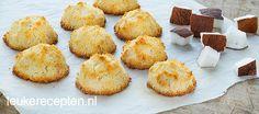Kokosmakronen: 4 eiwitten - 175 gr kokos, geraspt - 75 ml honing - 1 theel vanille extract Sugar Free Recipes, Sweet Recipes, Cookie Recipes, Sweet Cookies, Yummy Cookies, Healthy Sweet Snacks, Small Cake, No Bake Cake, Delicious Desserts