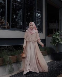This Gown from Suka bgt sama detail brukatnya, so pretty 💗 Hijab Gown, Kebaya Hijab, Hijab Dress Party, Hijab Style Dress, Kebaya Dress, Dress Pesta, Hijab Chic, Dress Brokat Muslim, Kebaya Muslim