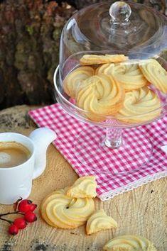 Dánské máslové sušenky prodávané zpravidla v modré kovové dóze zná určitě každý. Jsou vynikající. Říkala jsem si, že taková domácí d... Sweet Cookies, Biscuit Cookies, Sweet Desserts, Sweet Recipes, Baking Recipes, Dessert Recipes, Luxury Food, Czech Recipes, Tea Sandwiches