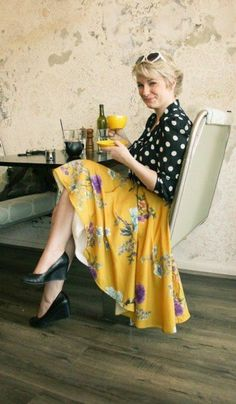 Pretty floral skirt and vintage polka-dot blouse make an eclectic but stylish outfit Style Casual, Casual Chic, Style Me, Classy Chic, 1950 Pinup, Mein Style, Vintage Mode, Retro Vintage, Looks Black