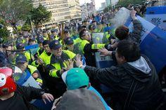 台湾警察、行政院から学生ら強制排除 - WSJ.com   《Demonstrators clashed with riot police clearing the government buildings in early Monday. Police arrested 58 people for trespassing, and a dozen were injured in the scuffle, the government-run Central News Agency reported.》