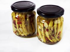 Fasole verde picanta la borcan pentru iarna | Retetele mele dragi Canning Pickles, Mason Jars, Food And Drink, Cooking Recipes, Homemade, Sauces, Desserts, Green, Preserves