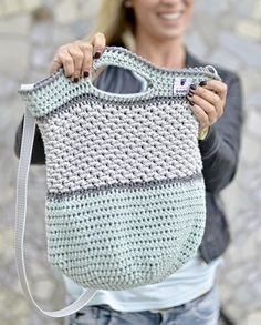 Häkeltasche Tono von MyBoshi nachhäkeln (Mix Patterns Home)MAG DIY Crochet Bag - Step-by-step guide for advanced users Then try a crochet bag! Just pick three colors – let's go!round: ⇒ crochet each stitch ⇒ 90 MiR ⇒ Attention! Crochet Diy, Bag Crochet, Diy Bags Step By Step, Step By Step Instructions, Crochet Instructions, Tutorial Crochet, Mochila Crochet, Knitting Patterns, Crochet Patterns