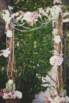5 bouquet piqué sur mousse à clipser sur l'arche et quelques fleurs en plus tout autour