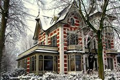This Victorian mansion from 1895 stands in the village Borne (where i live now), the Netherlands. It is also a wedding location.