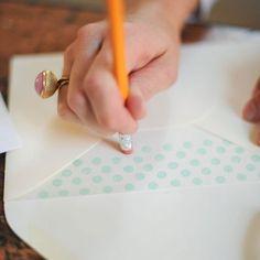 DIY Polka Dot Envelope Liner (maybe red and green dots for the christmas mail?) DIY Polka Dot Envelope Liner (maybe red and green dots for the christmas mail? Envelope Art, Envelope Liners, Diy Projects To Try, Craft Projects, Christmas Mail, Papier Diy, Ideias Diy, Blog Deco, Diy Cards