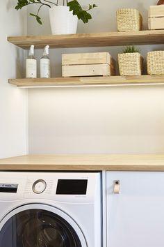 Asuntokaupat sokkona -ohjelman yhdeksännen jakson kohde sai upean kodinhoitohuoneen! Vaalean tilan kaappeja komistaa Leon nahkavedin. Vedin on korkealaatuista kasvivärjättyä nahkaa. #asuntokaupatsokkona #nelonen #jakso9 #vetimet #vedin #sisustus #sisustussuunnittelu #kodinhoitohuone #utilityroom #inspiraatio #ideoita #interior #design #Leon #nahka #kasvivärjätty #nahkavedin #kromi #helatukku Washing Machine, Home Improvement, Home Appliances, Design, House Appliances, Appliances, Home Improvements, Interior Design