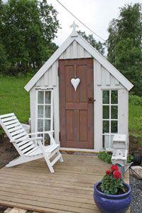 Av gamla fönster skapade norska Heidi sitt drömväxthus i vintage-stil. Backyard Buildings, Small Buildings, Chicken Shed, Shed With Porch, Garden Site, Potting Sheds, She Sheds, Shed Design, Outside Living