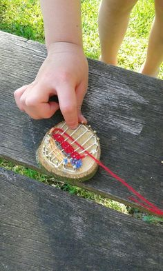 Ring a tree cookie with a perimeter of tiny tacks to make is part of Waldorf crafts - Projects For Kids, Diy For Kids, Crafts For Kids, Arts And Crafts, Forest School Activities, Waldorf Crafts, Weaving Projects, Camping Crafts, Preschool Art