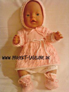 Baby born opskrifter 43 cm. strikkeopskrifter til dukker. Kjole bukser kyse og sokker. i lys laksefarve Baby Born Clothes, Baby Dolls, Knitting Patterns, Kids, Barn, Pullover, Facebook, Breien, New Born Clothes