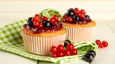 طريقة عمل كب كيك الفانيليا ومربى الكرز - Vanilla and cherry jam cupcakes recipe