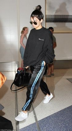 Barefaced Kendall Jenner leaves Los Angeles for Paris Fashion Week Hope she brought reading material: The beauty kept to herself ahead of the cross-continental journey, which takes nearly 11 hours on a nonstop flight, according to airline estimates Kendall Jenner Estilo, Estilo Kardashian, Kendall Jenner Outfits, Kendall Jenner No Makeup, Kris Jenner, Sport Fashion, Look Fashion, Winter Fashion, Womens Fashion