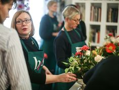 Julia Gauld teaching centerpiece bouquets at the Berlin Flower School